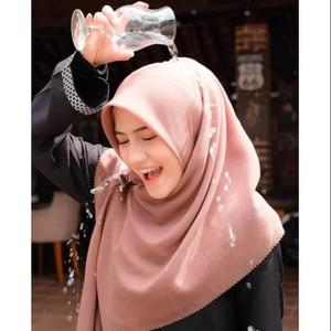 Tren Hijab Anti Air untuk Musim Hujan, Buat Penampilan Tetap Paripurna