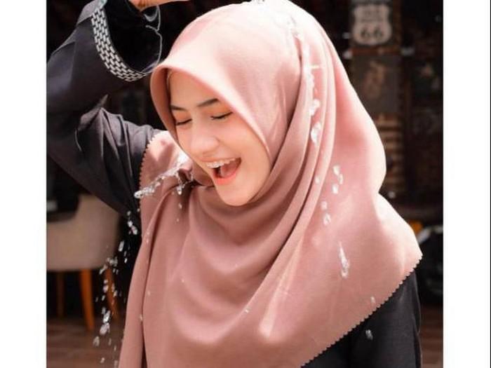 Hijab anti air. Foto: dok. Shopee