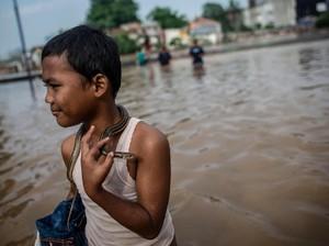 Potret Lucu Orang-orang yang Tetap Santuy Walau Terkena Banjir