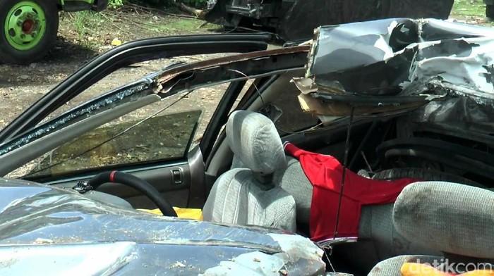 Kecelakaan maut antara truk boks dan mobil sedan di jalan Tol Pandaan menuju Kejapanan, Gempol, tewaskan ibu dan dua anaknya. Kondisi mobil itu pun hancur.