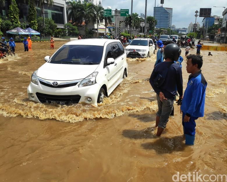 Kendaraan melewati banjir Foto: Pradita Utama