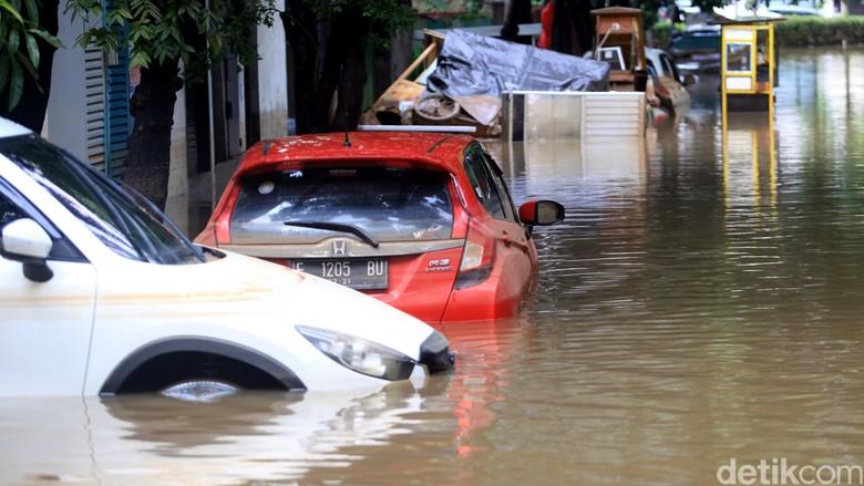 Banjir masih merendam sejumlah wilayah di Jakarta. Salah satu area yang masih terendam banjir adalah Jalan Taman Kemang, Jakarta Selatan. Berikut potretnya.