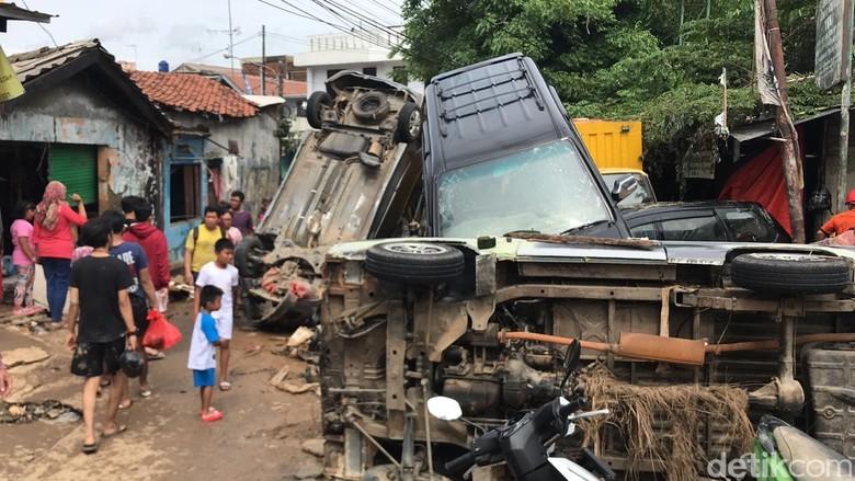 Porak Poranda Mobil Terkena Banjir Bekasi. Foto: Fathan