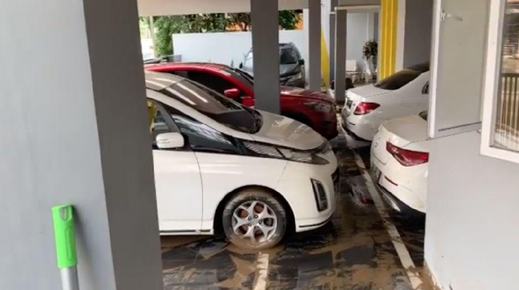Banjir Rendam 6 Mobil di Garasi Parto