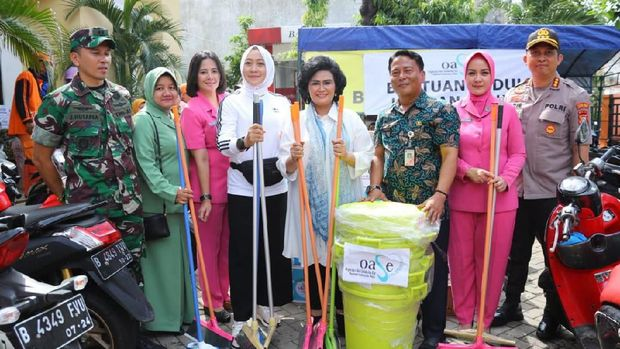 Istri Kapolri dan Panglima TNI beri bantuan ke korban banjir Jakarta Timur.