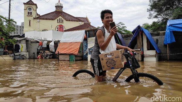 Karena tidak pakai mesin, sepeda relatif lebih bisa diandalkan untuk menerobos banjir.