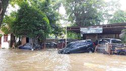 Penampakan Mobil yang Hanyut Saat Banjir di Ciledug Indah I