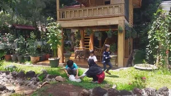 Taman Satwa Cikembulan bisa jadi pilihan tempat liburan keluarga di Garut. Di sini traveler bisa mengajak anak-anak bermain dengan kelinci-kelinci yang menggemaskan. (Hakim Ghani/detikcom)