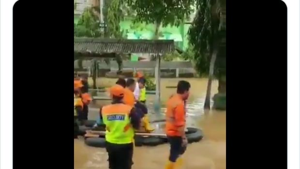 Viral Bos KAI Naik Getek Berkursi Cek Banjir di Bukit Duri