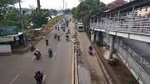 Beton Pembatas Busway di Jalan Daan Mogot Arah Grogol Berserakan