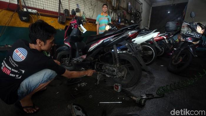 Banjir yang rendam Bekasi di awal tahun 2020 membawa berkah bagi usaha bengkel motor. Warga ramai-ramai membawa motornya untuk diperbaiki usai terendam banjir.