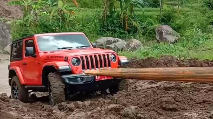 Bupati Karanganyar Juliyatmono menjajal mobil dinas barunya, Jeep Wrangler Rubicon. Namun, mobil seharga Rp 1,98 miliar itu tak berhasil nanjak ke sisi Sungai Jlantah.