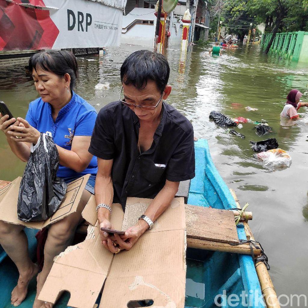 Tips Mudah Hemat Baterai Ponsel Saat Banjir