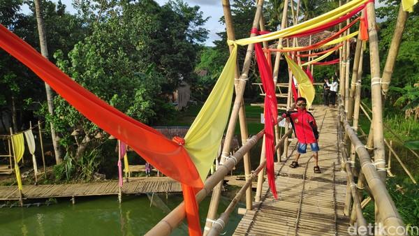 Terletak di tengah areal persawahan, agrowisata Bonto Labbu ini menawarkan suasana alam pedesaan dengan konsep bangunan bambu yang sangat menarik dan instagramble (Foto: Moehammad Bakrie/detikcom)