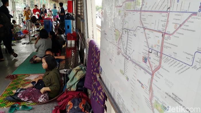 Halte TransJakarta Jembatan Baru ramai ditempati pengungsi. Lokasi itu disulap menjadi posko pengungsian bagi warga terdampak banjir di kawasan tersebut.