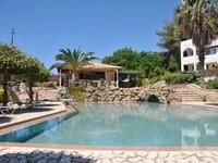 Hotel ini dikelola untuk kaum nudis sejak tahun 2010. Terletak di Desa Vassilikos di Pulau Zakynthos, hotel ini memberikan panorama indah untuk menyatu dengan alam. (Trivago)