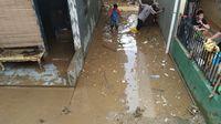 Banjir Mulai Surut, Lumpur-Sampah Penuhi Permukiman di Kampung Pulo Jaktim