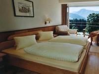 Kalau yang lain identik dengan pantai, Hotel Luhrmann menawarkan yang sedikit beda. Berada di area hijau, tamu bisa merasakan sensasi dingin salju saat sedang berkegiatan di sini. (Trivago)