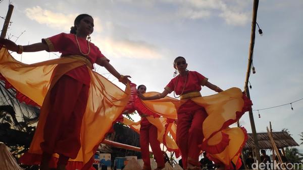 Pengelolaagrowisata Bonto Labbu sengaja menghadirkan beberapa hiburan yang menarik bagi para pengunjung di waktu senja. Ada tarian kontemporerhingga musik akustik yang dimainkan oleh anak-anak muda setempat (Foto: Moehammad Bakrie/detikcom)
