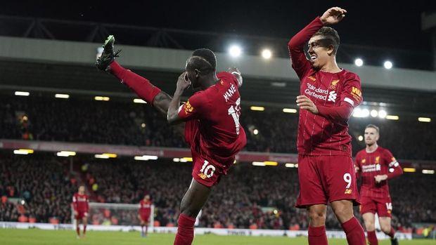 Sadio Mane merayakan gol bersama Roberto Firmino.