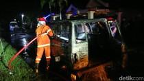 Gara-gara Lilin, Sebuah Mobil Hangus Terbakar