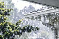 Korban Banjir Terpaksa Minum Air Hujan untuk Bertahan Hidup, Apa Aman ?