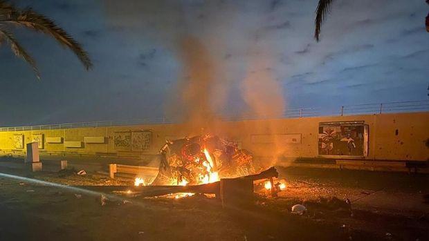 Foto yang dirilis kantor Perdana Menteri Irak ini menunjukkan sebuah kendaraan yang terbakar hebat usai serangan udara terjadi di kompleks Bandara Internasional Baghdad pada Jumat (3/1) pagi waktu setempat