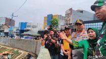 Bawa Sembako, Kapolda dan Pangdam Sambangi Korban Banjir Kampung Pulo