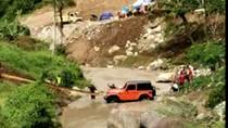 Gagal Nanjak, Mobil Dinas Bupati Karanganyar Ditarik Ekskavator