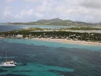 Tersembunyi di sebuah teluk di Pulau St Martin, ada Club Orient Resort yang semi nudis. Optional Clothing berlaku di seluruh area penginapan. Berada di area pulau, hotel ini bekerja sama dengan layanan pelayaran untuk menawarkan perjalanan nudis di sekitar pulau. (Trivago)