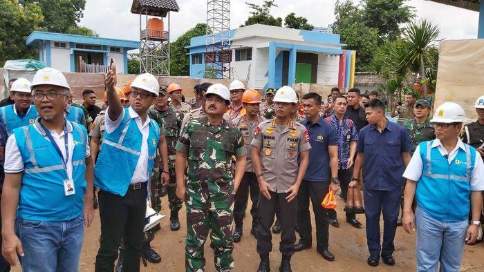 Panglima TNI Marsekal Hadi Tjahjanto bersama Kapolri Jenderal Idham Azis mengunjungi Gardu Induk PLN Kembangan, Jakarta Barat, Jumat (3/1/2020). Istimewa/Dok. PLN.
