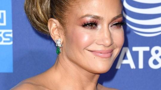 Usia Setengah Abad, Jennifer Lopez Tetap Kece dengan Gaun Floral