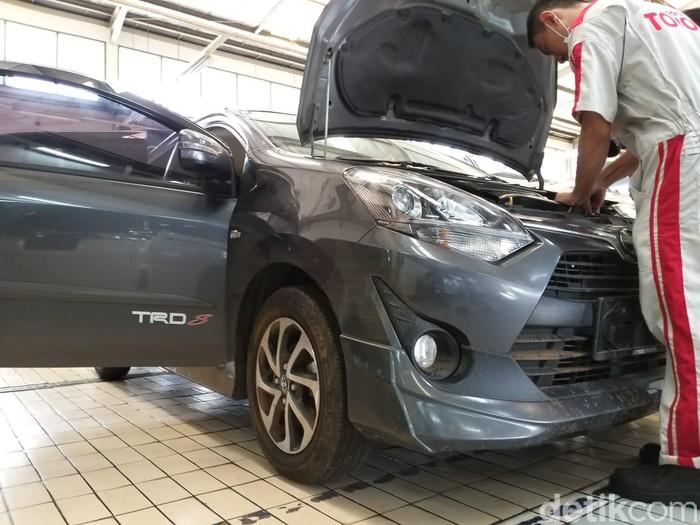 Servis medium mobil kena banjir di Auto2000 Cilandak, Jakarta, Jumat (3/1/2020).