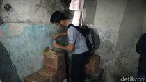 Gudang Tempat Produksi Miras Oplosan di Surabaya Digerebek