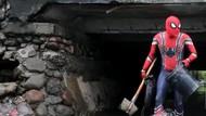Video Spiderman Turun Tangan Bersihkan Sampah di Selokan