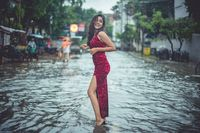 Mahasiswi Pose Santuy dengan Mobil Saat Banjir
