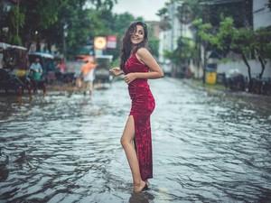 Model Cantik Santuy Pemotretan Fashion Saat Banjir, Aksinya Dihujat