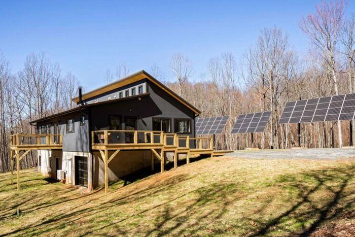 Misalnya saja rumah ini yang memanfaatkan panas matahari sebagai sumber energinya.