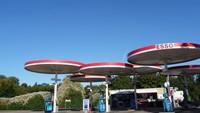 Kanopi berbentuk bulat yang tak biasa ini menjadi keunikan Esso Mobil Station di Inggris (Foto: Istimewa/qz.com)