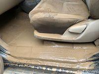 Mobil korban banjir yang diperbaiki di bengkel Auto2000.