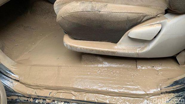 Mobil yang terkena banjir