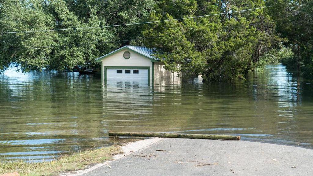 Rumah Hanyut Terbawa Banjir, Hancur Nabrak Jembatan