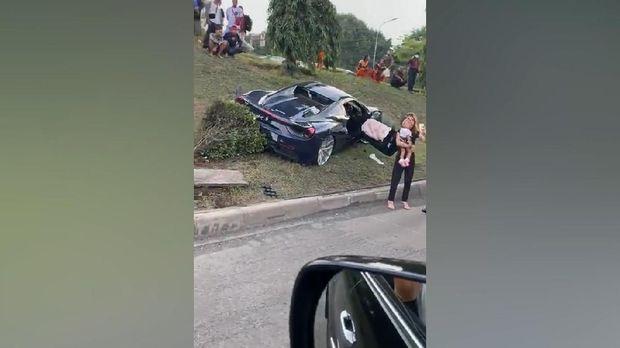Hilang Kendali saat Konvoi Berujung Tabrakan Ferrari