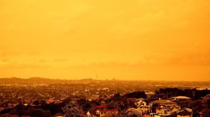 Kebakaran hutan yang terjadi di Australia turut memberikan dampak ke negara Selandia Baru. Hal itu terlihat dari Langit di Auckland yang nampak menguning.