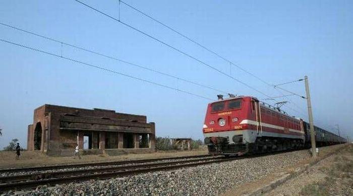 Di India terdapat stasiun Begunkodor yang disebut-sebut berhantu. Seorang staf stasiun dilaporkan meninggal dunia setelah menemukan penampakan hantu wanita di rel kereta. Istimewa/Dok. www.indiatimes.com.