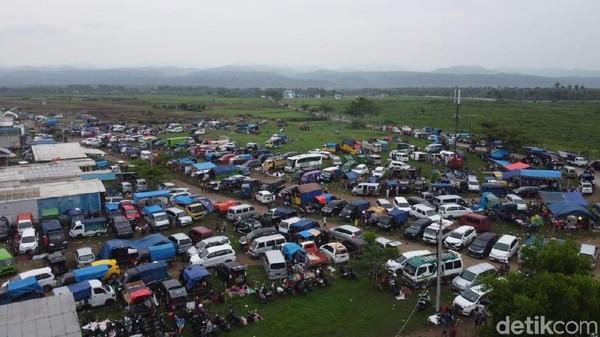Jangan khawatir, bagi para wisatawan yang datang berombongan di lokasi Darajat Pass banyak pengelola yang menyediakan kantung-kantung parkir. (Hakim Ghani/detikcom)