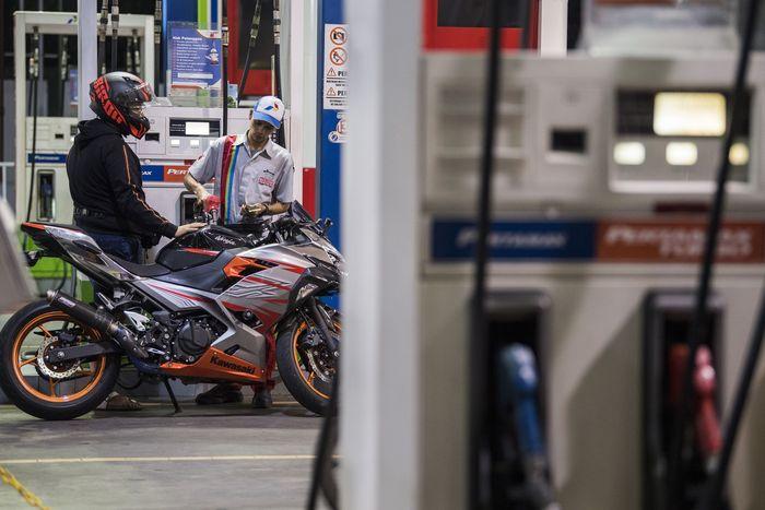 Seorang pengendara sedang mengisi bahan bakar minyak (BBM) jenis pertamax turbo di SPBU Dago, Bandung, Jawa Barat, Minggu (5/1/2020).