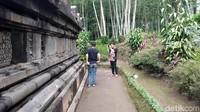 Untuk wisatawan, kebanyakan wisatawan nusantara. Untuk turis mancanegara biasanya datang bersama guide. Kalau musim liburan sebulan bisa 200 pengunjung. Mereka asyik foto-foto di candi ini. (Eko Susanto/detikcom)