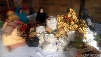 Buah-buahan tersebut dikumpulkan dalam ruangan, dan diatur oleh kaum wanita. Sejumlah buah juga terlihat digantung pada tiang rumah Tomakaka. (Abdy Febriady/detikcom)