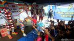 Aksi Para Badut Hibur Anak-anak Korban Banjir di Jakarta